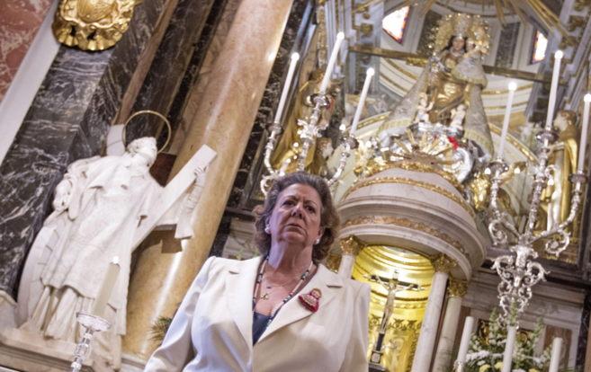 La alcaldesa ante la imagen restaurada de la Virgen de los...