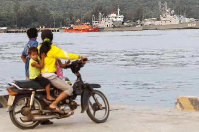 Barcos de la marina vietnamita se disponen a abandonar la isla de Phu...