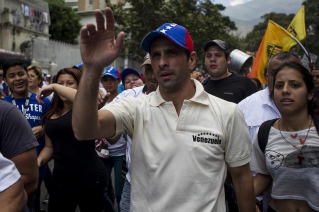 El lider de oposición, Henrique Capriles, durante una manifestación...