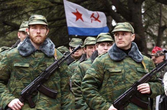 Soldados sin distintivo prorusos, armados y en formación, juran...