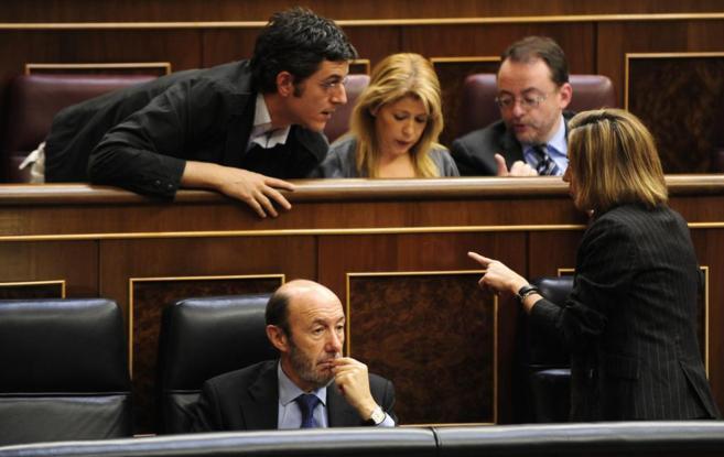 Rubalcaba, pensativo, mientras Chacón y Madina charlan a su espalda,...