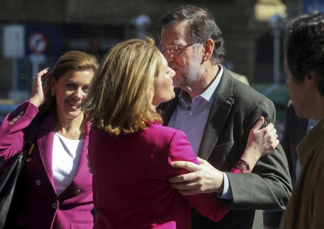 Mariano Rajoy, saluda a Arantza Quiroga, en presencia de María...