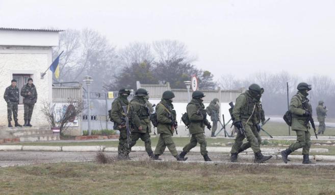 Soldados ucranianos observan a los paramilitares patrullando por...