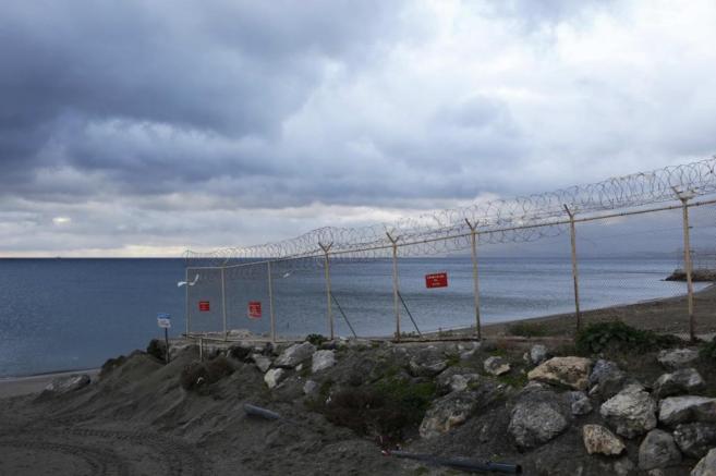 Valla fronteriza entre Ceuta y Marruecos en la playa del Tarajal.