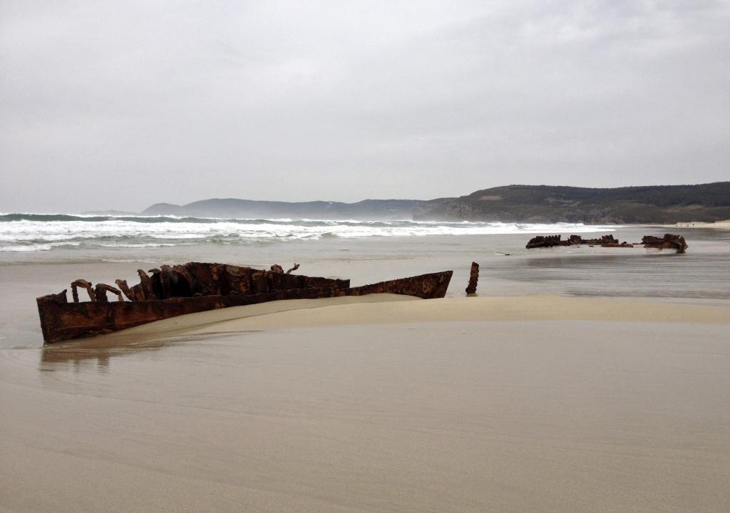 Restos del barco que han aflorado en la playa de O Rostro en Fisterra...