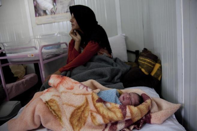Una madre con su bebé en la clínica del Fondo de Población de la...