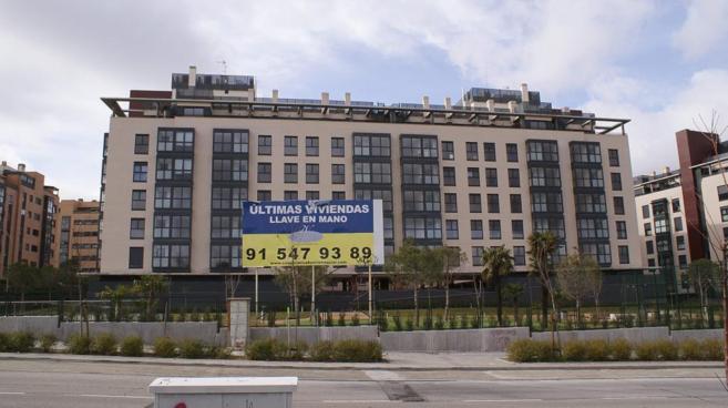Bloque de viviendas nuevas en el nuevo PAU de Sanchinarro, al norte de...