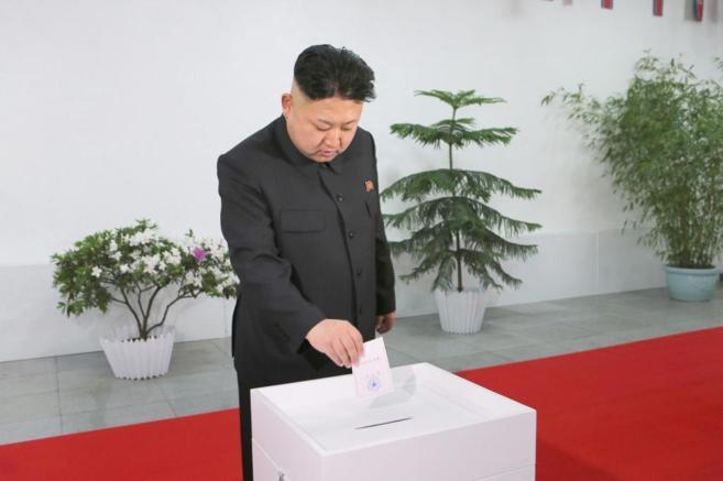 El líder de Corea del Norte, Kim Jong-un, deposita su voto en...