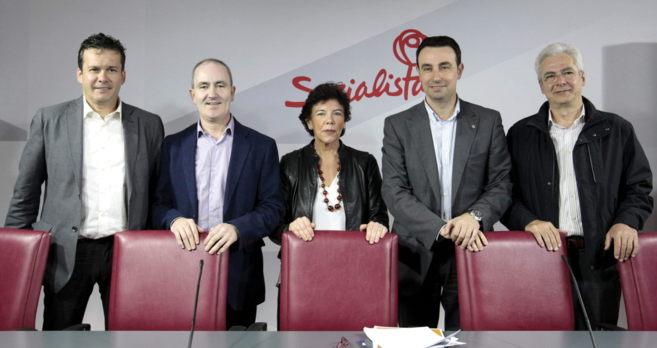 Isabel Celaá (c) y los alcaldes de Barakaldo, Ermua, Portugalete, e...