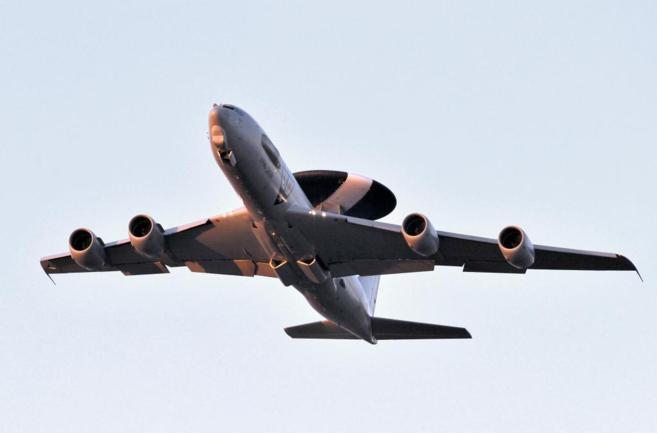 Esta fotografía, de marzo de 2011, muestra un avión AWAC como los...