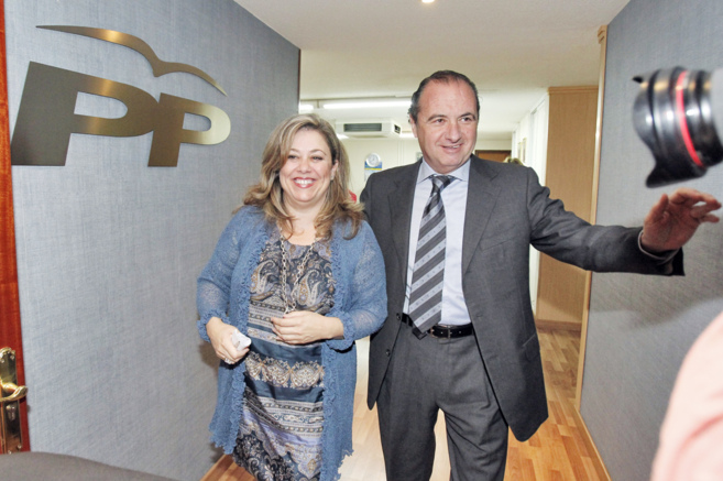 Macarena Montesinos, junto a José Joaquín Ripoll en la sede del PP...