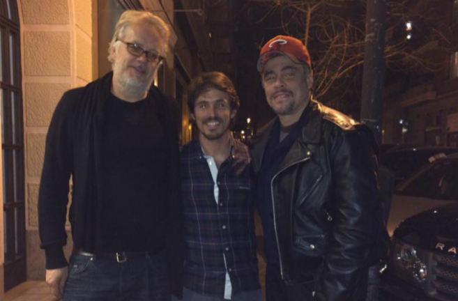Los actores Tim Robbins y Benicio del Toro junto al propietario del...