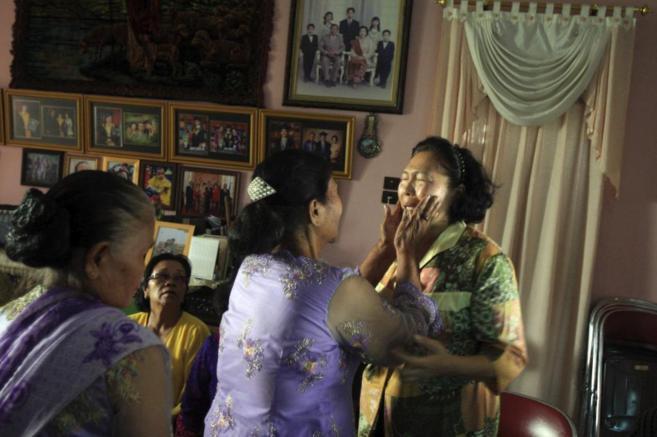 Una mujer consuela a una familiar por la pérdida de un ser querido en...