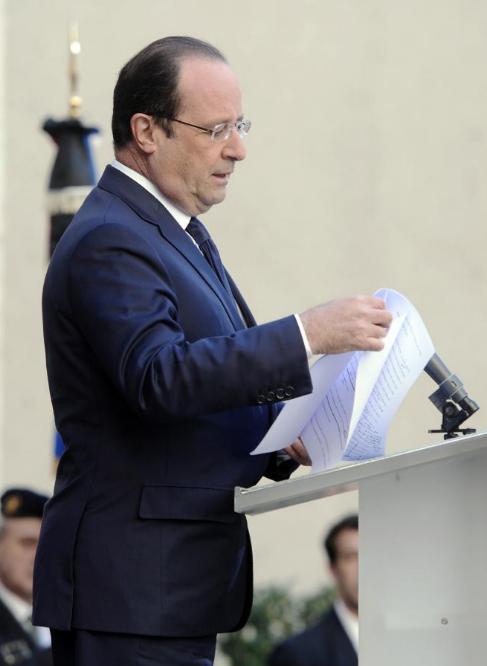 El presidente Hollande, leyendo un discurso.
