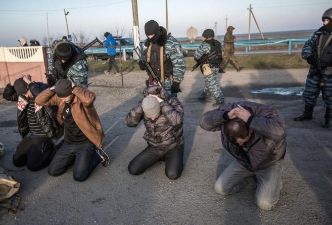 Transportistas detenidos por soldados rusos en el...