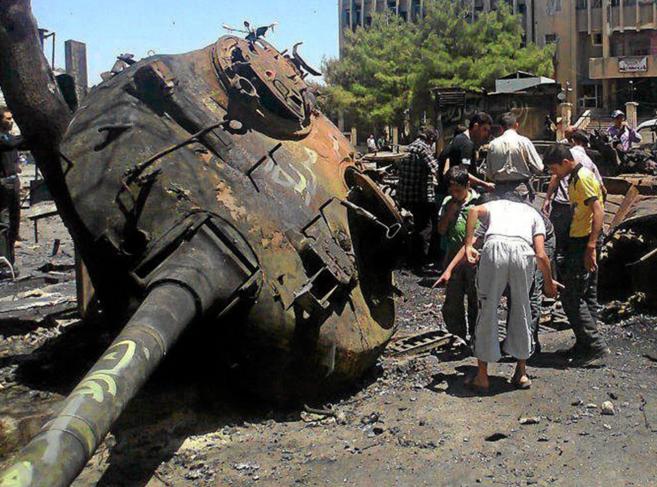 Vehículos destruidos tras un atentado en siria en 2012 en el que...
