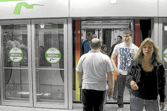Usuarios de la Línea 1 del Metro de Sevilla, que tiene un trazado de...