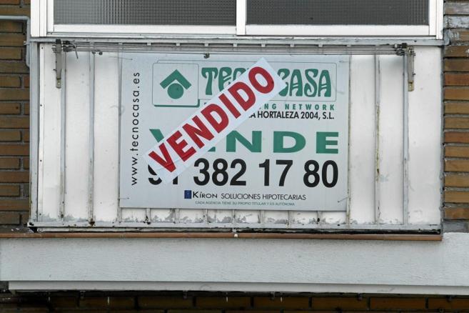 Cartel de 'Vendido' colgado en la ventana de un piso en...
