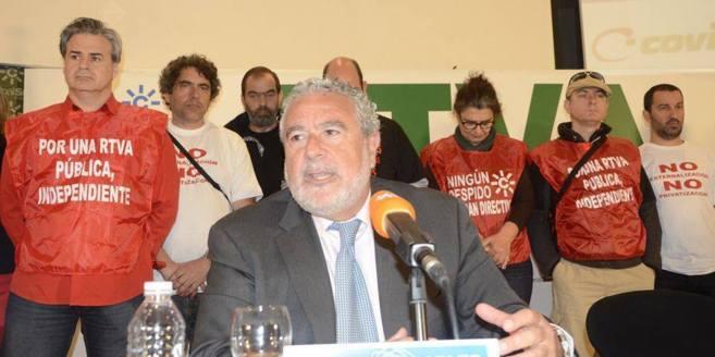 Protesta de los trabajadores durante la intervención del director de...