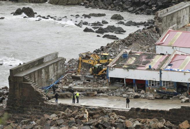 El dique del puerto de Bermeo afectado por el temporal.