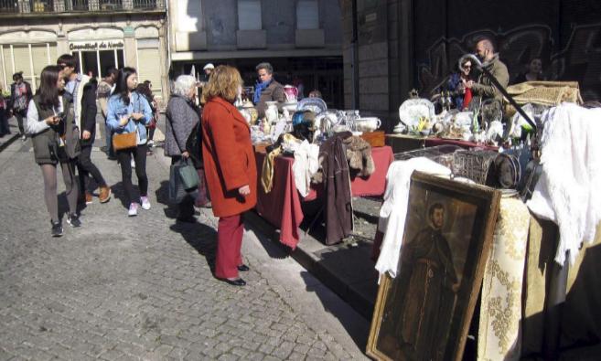 Un mercadillo con productos de segunda mano en las calles de Oporto.