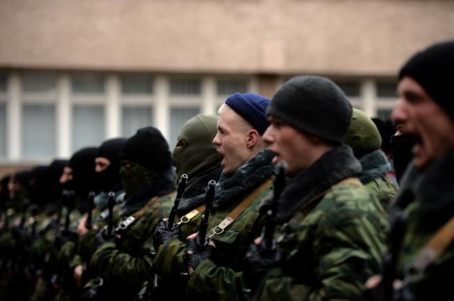 fuerzas prorrusas cantan el himno de Rusia en Simferopol,