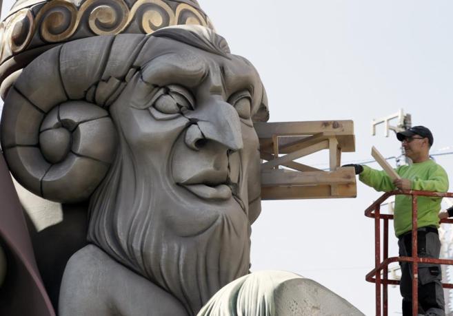 Un artista ultima el montaje de uno de los monumentos en Valencia.