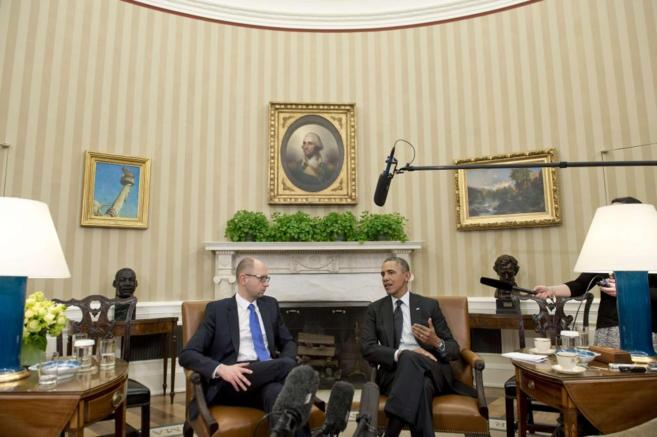 El preseidente Obama junto al primer ministro ucraniano Arseniy...