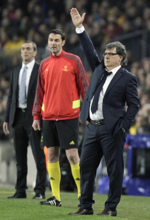 Martino da instrucciones en el área técnica del Camp Nou.