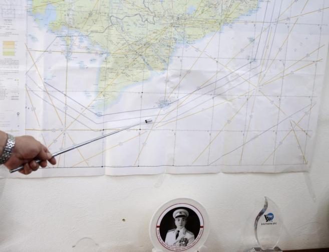 Un miembro de la investigación señala el lugar donde pudo...