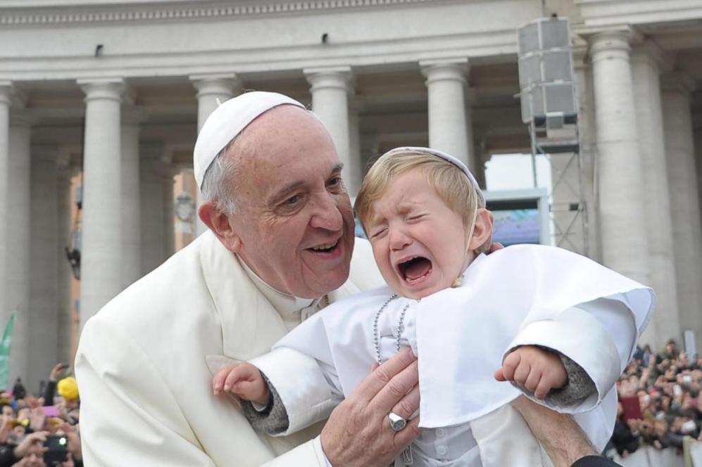 Y el Papa se encontró con su <a href=https://www.elmundo.es/internacional/2014/02/26/530e44b6ca4741dc668b4582.html>'mini yo'</a>. Francisco besó a un niño de poco más de un año que iba disfrazado con la tradicional sotana blanca y la papalina de los pontífices durante un paseo entre los fieles en la Plaza de San Pedro.