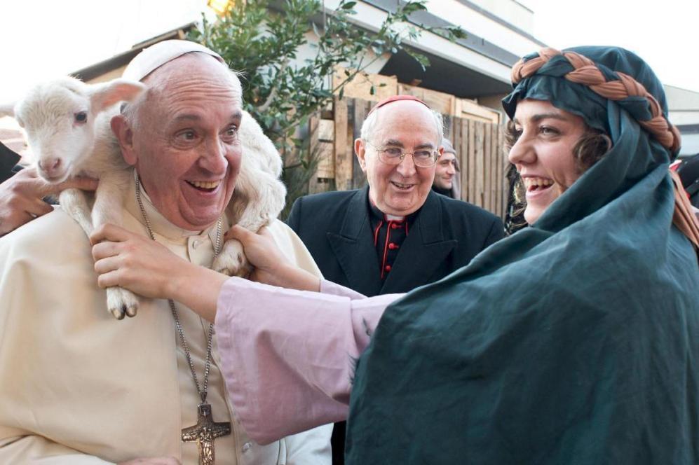 El Pontificado de Francisco nos ha dejado divertidas imágenes como ésta, en la que sostiene un cordero sobre sus hombros. Fue durante una visita a un pesebre viviente con unos 200 figurantes, organizado por los fieles de la parroquia romana de San Alfonso de Ligouri, en Roma.