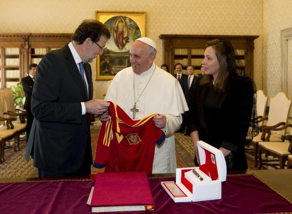 El Papa ha recibido la visita de mandatarios de todo el mundo, entre ellos, el presidente del Gobierno español y su esposa Elvira Fernández. El Pontífice recibió una camiseta de la selección española de fútbol, durante una audiencia privada en el Vaticano.