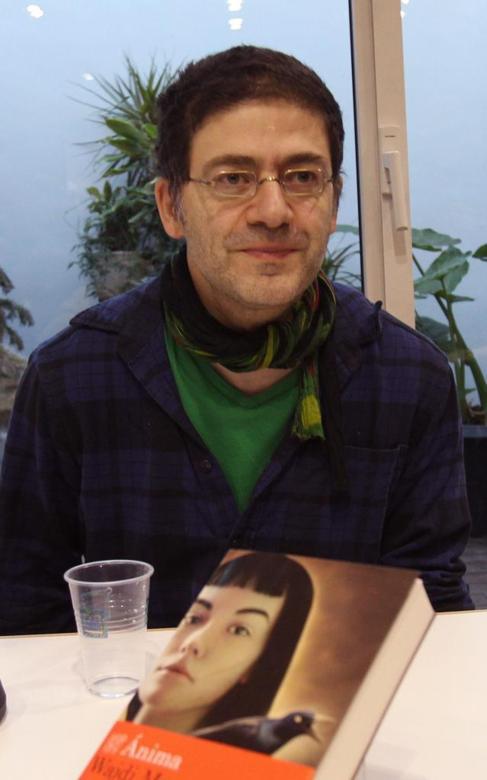 Wajdi Mouawad con su novela, 'Anima'.