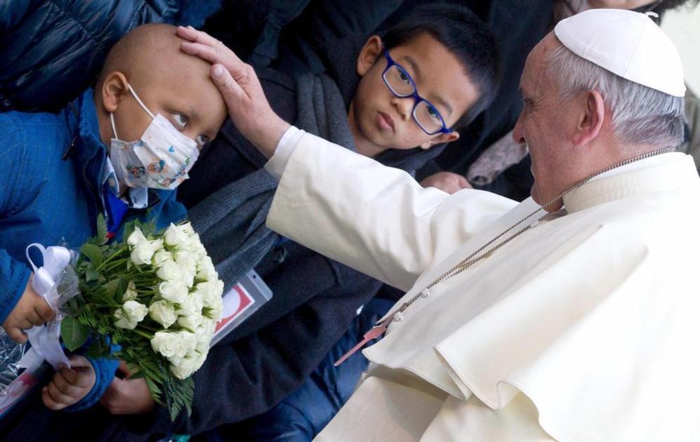 Durante su primer año de Pontificado, Francisco siempre ha tenido una sensibilidad especial con los niños y con los enfermos. En la imagen,  el Papa saluda a un niño enfermo del hospital 'Bambin Gesu', en Roma.