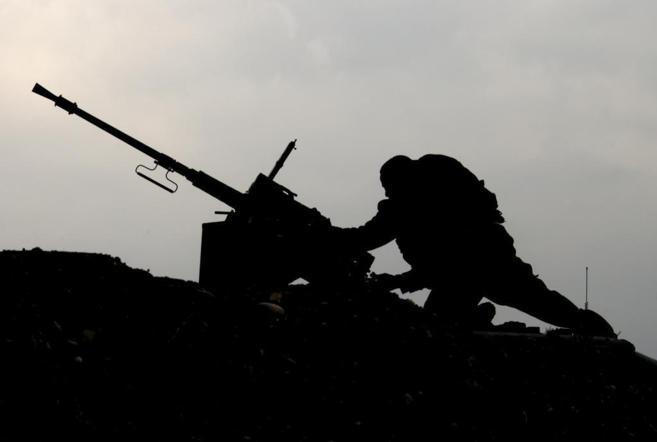 Un soldado israelí toma posiciones en la frontera entre Israel y...