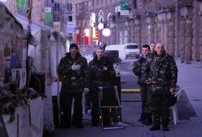 Militares ucranianos rezan una oración en la Plaza de la...