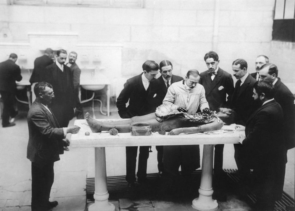El doctor Gustavo Pittaluga practicando una autopsia en presencia,...