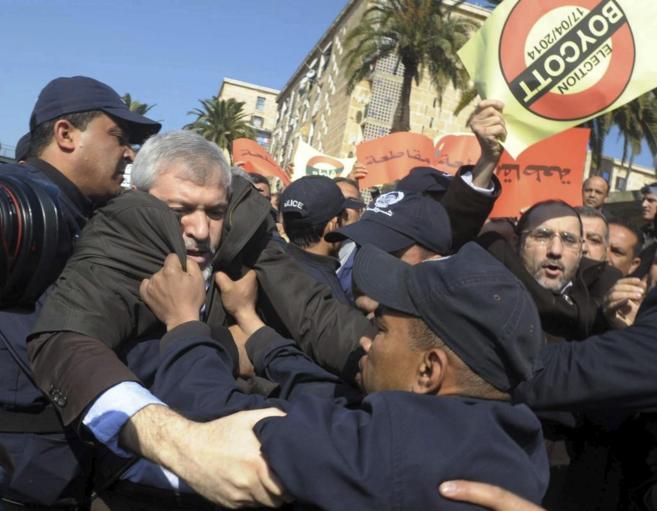 La policía detiene a varias personas que se manifestaban en Argel, en...