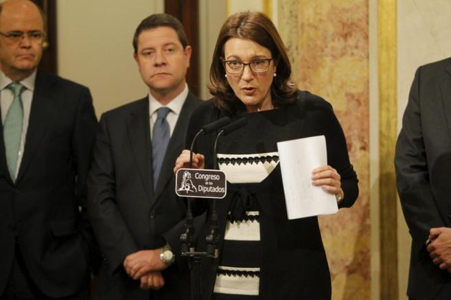Soraya Rodríguez, detrás de microfono. En el fondo, tres hombres,...