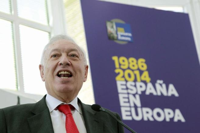 Plano Cercano de José Manuel García-Margallo, delante de una ventana...