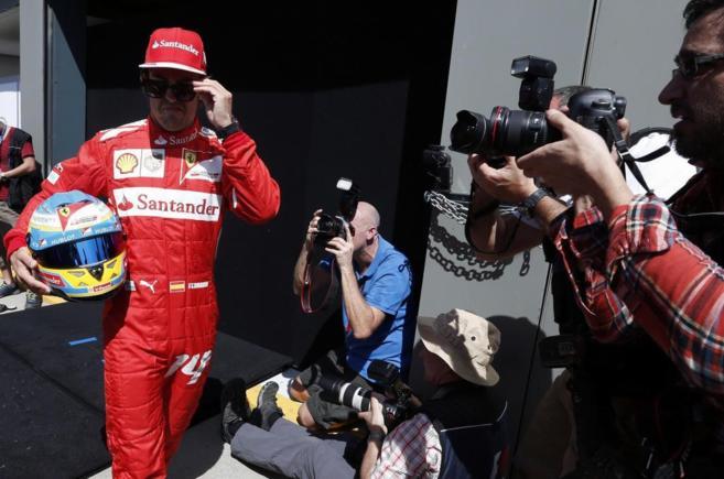 Fernando Alonso, rodeado de cámaras en el circuito de Albert Park, en...