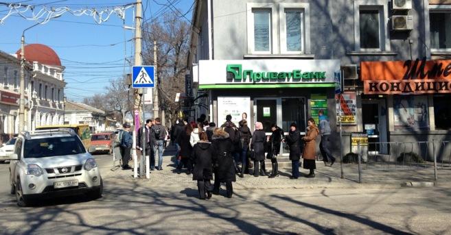 Ciudadanos de Crimea hacen cola ante el banco de la calle Karl Marx de...