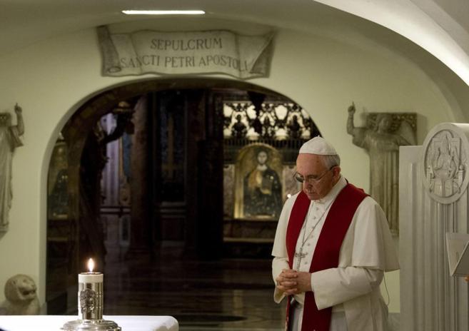 El Papa Francisco, rezando en las grutas del Vaticano.