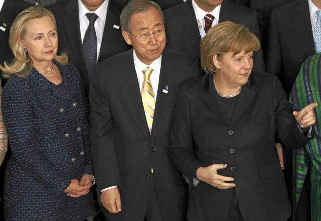 La canciller Angela Merkel (dcha.) y  la ex secretaria de Estado...