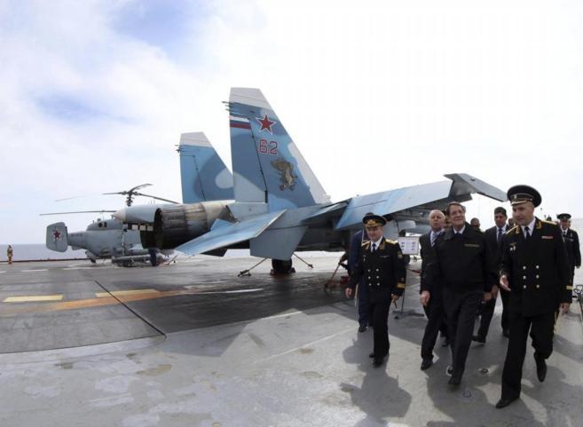 El presidente chipriota, Anastasiades (centro), en el portaaviones...