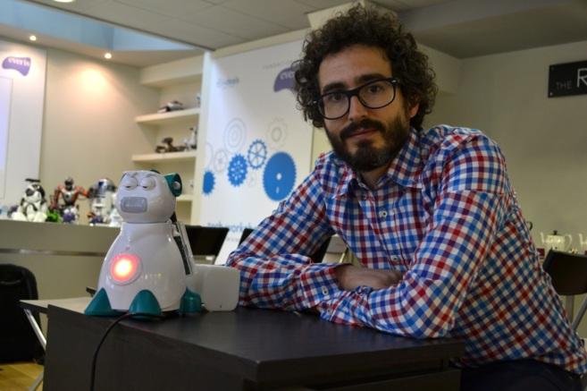Diego García, de Aisoy Robotics, junto a su nueva creación.