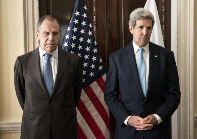 El ministro ruso de Exteriores, Serguei Lavrov (izda.), con su...