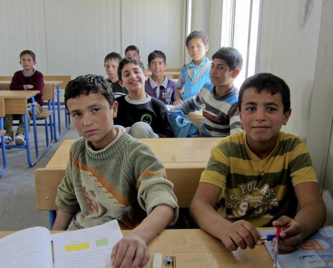 Niños en una clase de la Escuela número 3 del campo de refugiados de...