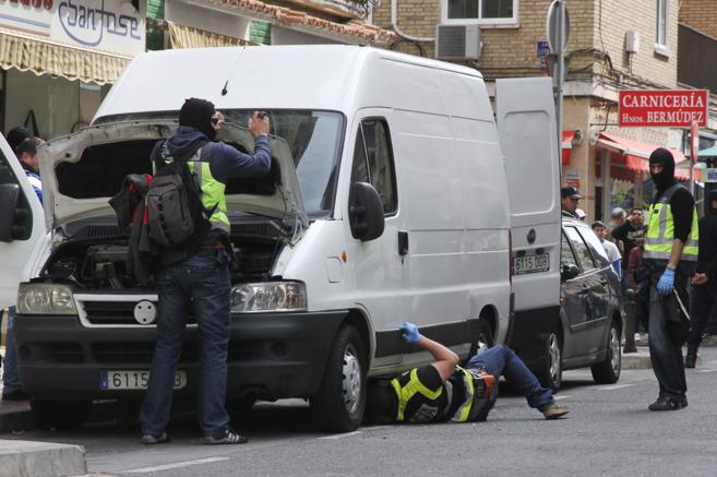 Agentes de la Policía registran una furgoneta en la capital.